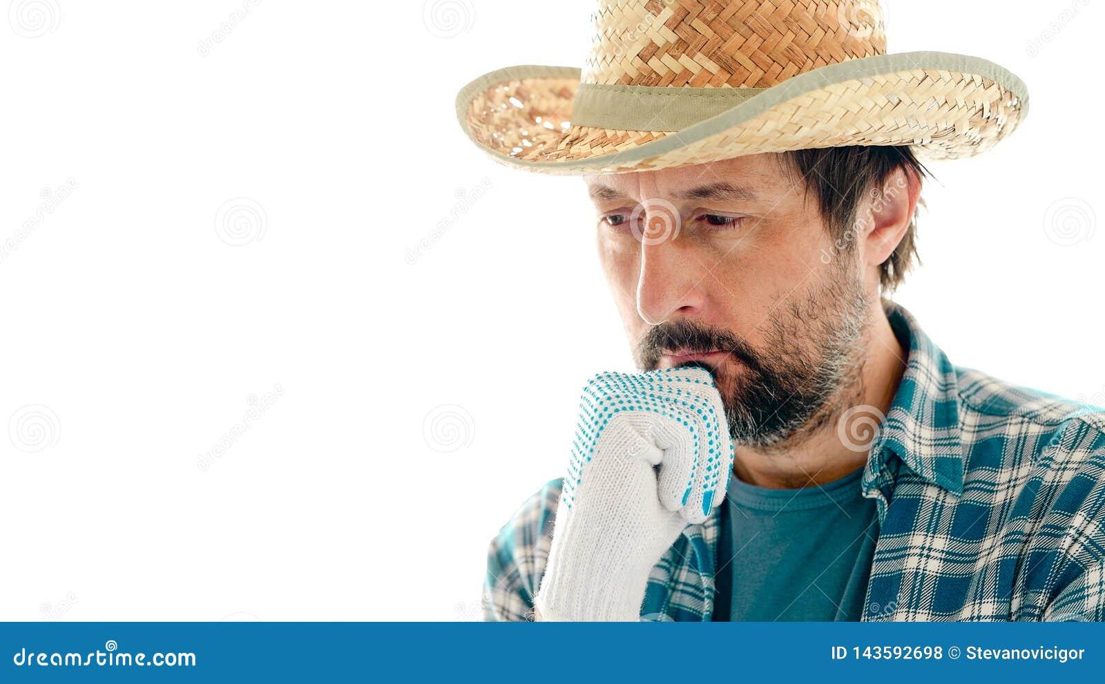 Retrato do fazendeiro pensativo no fundo branco