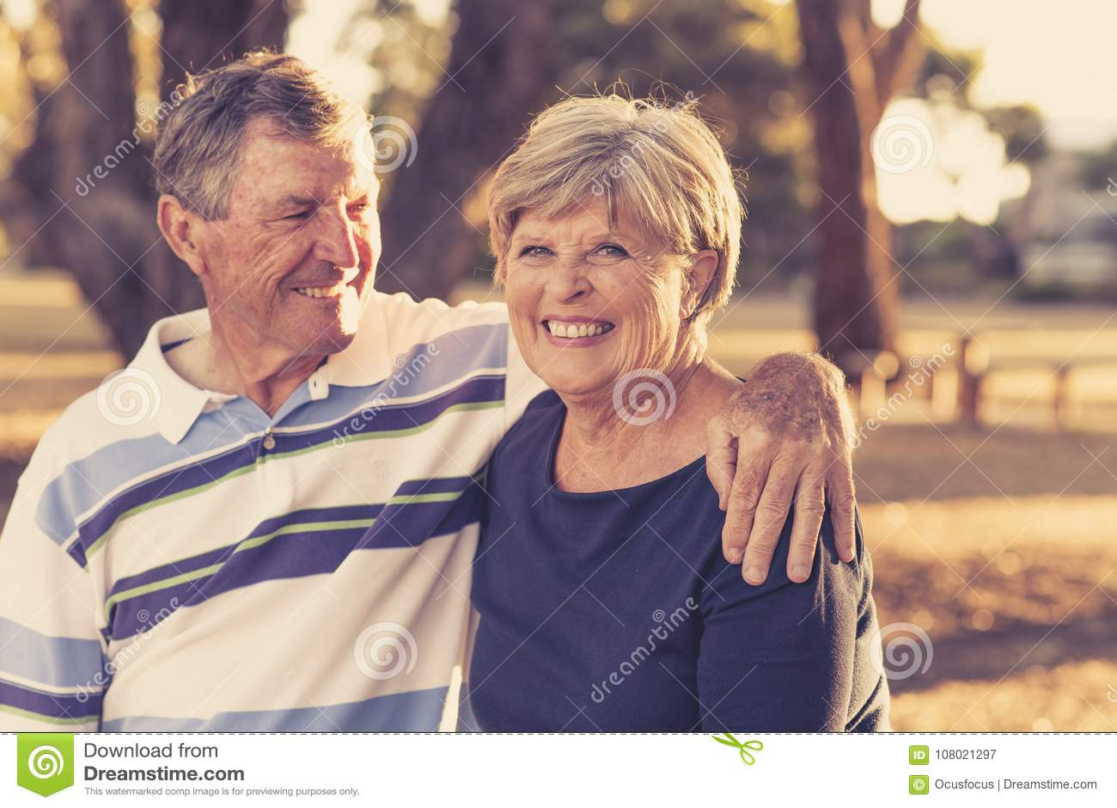 Retrato do filtro do vintage de pares maduros bonitos e felizes superiores americanos ao redor 70 anos smilin mostrando velho de