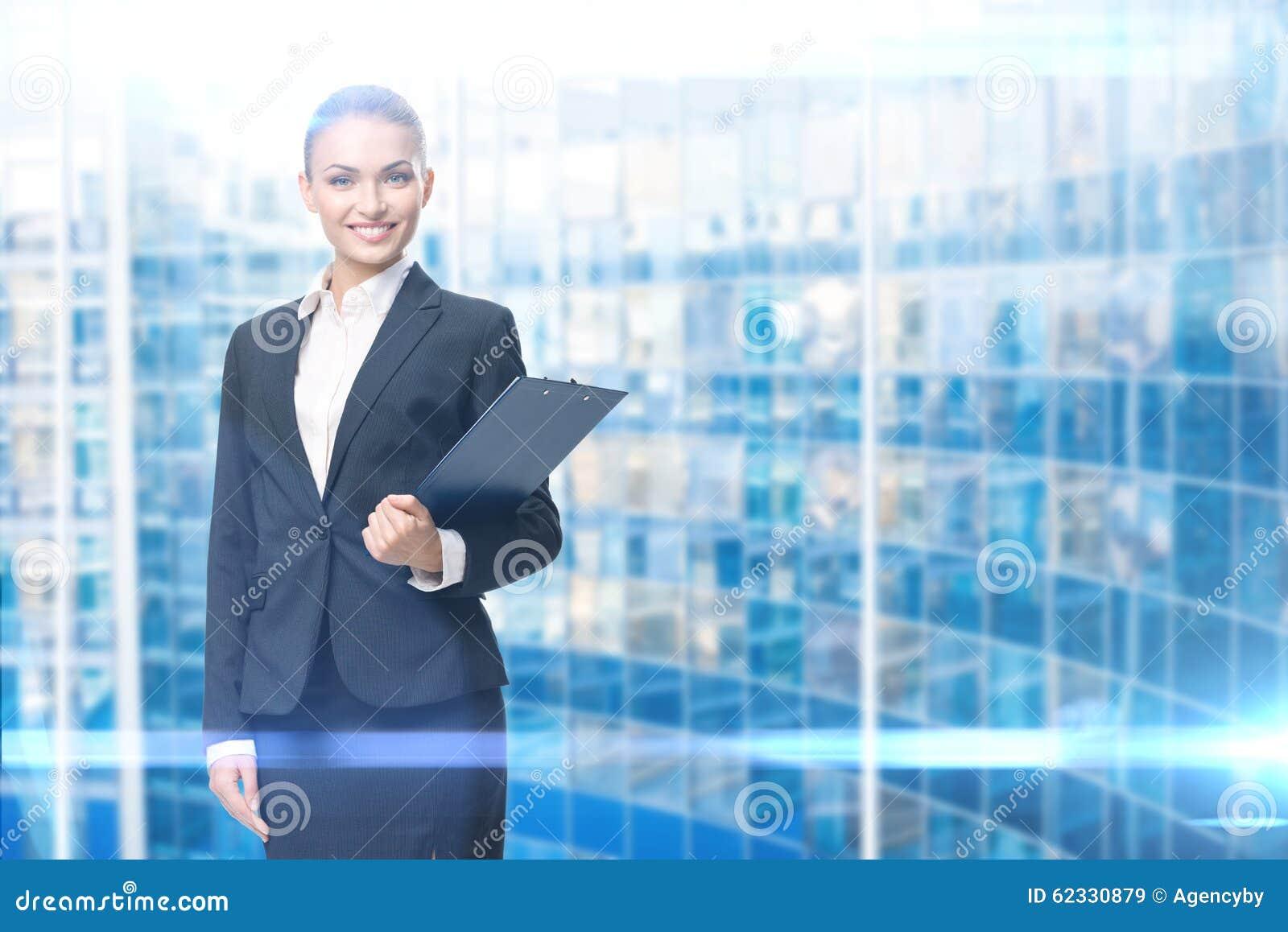 Retrato do gerente fêmea com originais