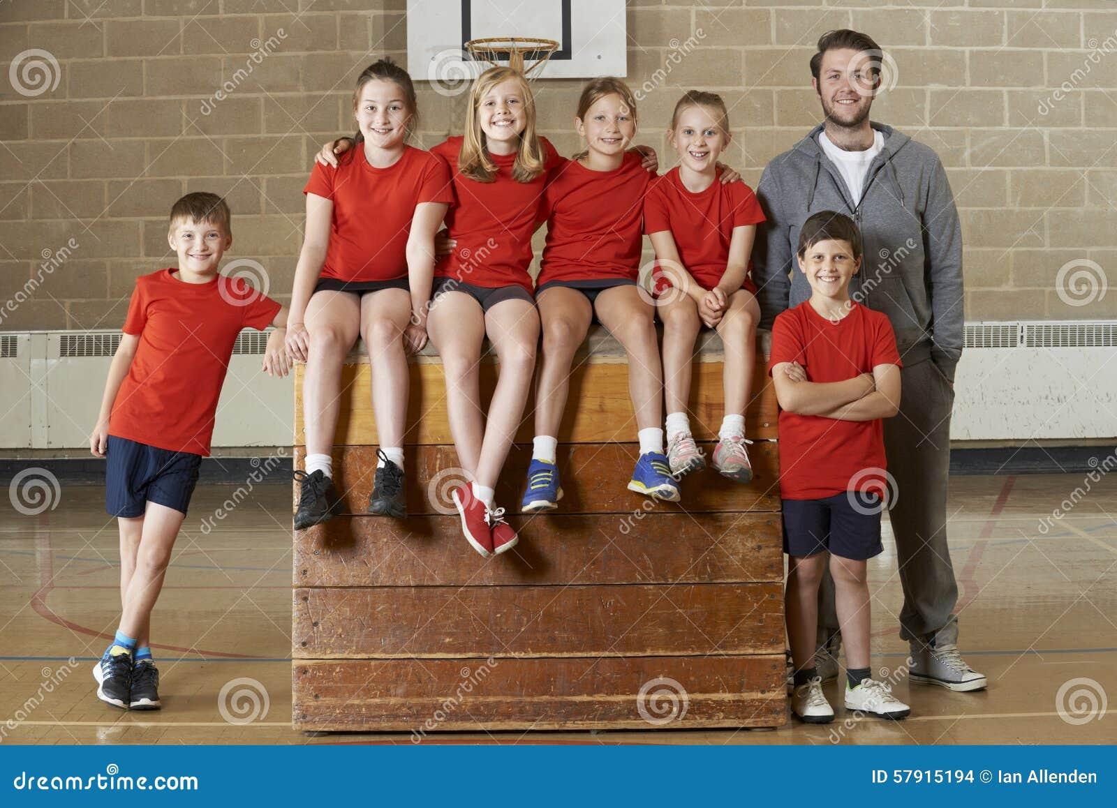 Retrato do Gym Team Sitting On Vaulting Horse da escola