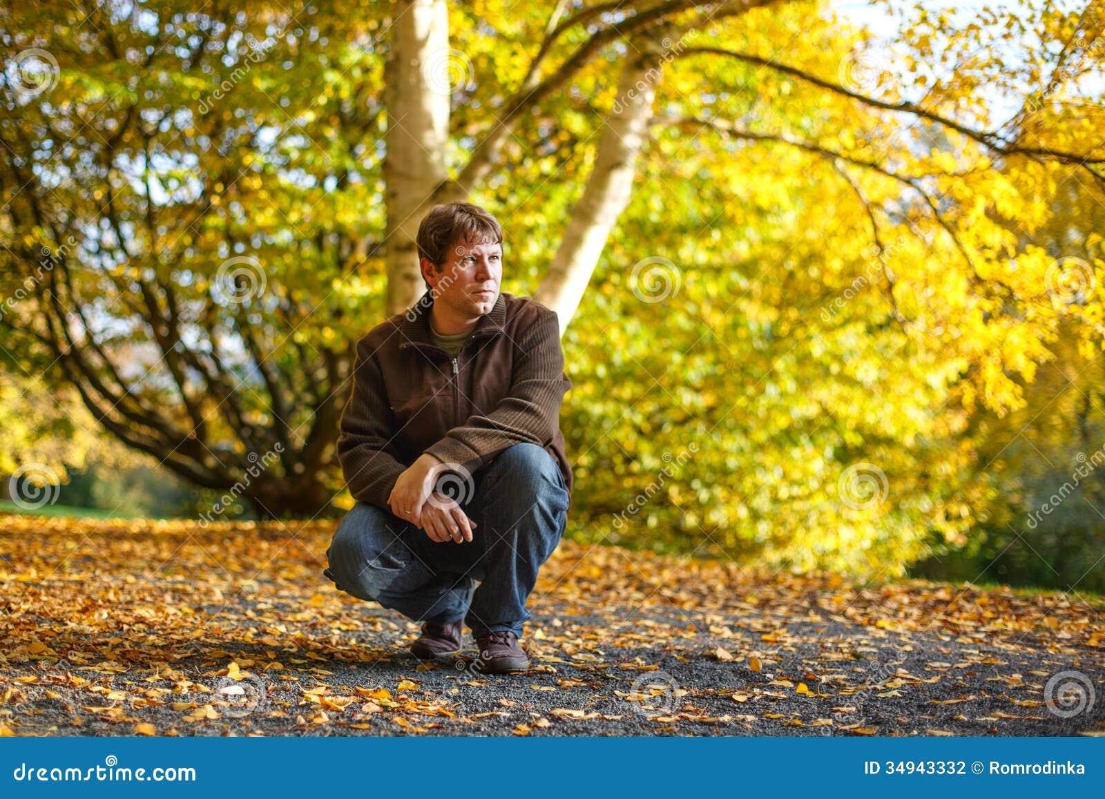 retrato-do-homem-bonito-na-floresta-do-o