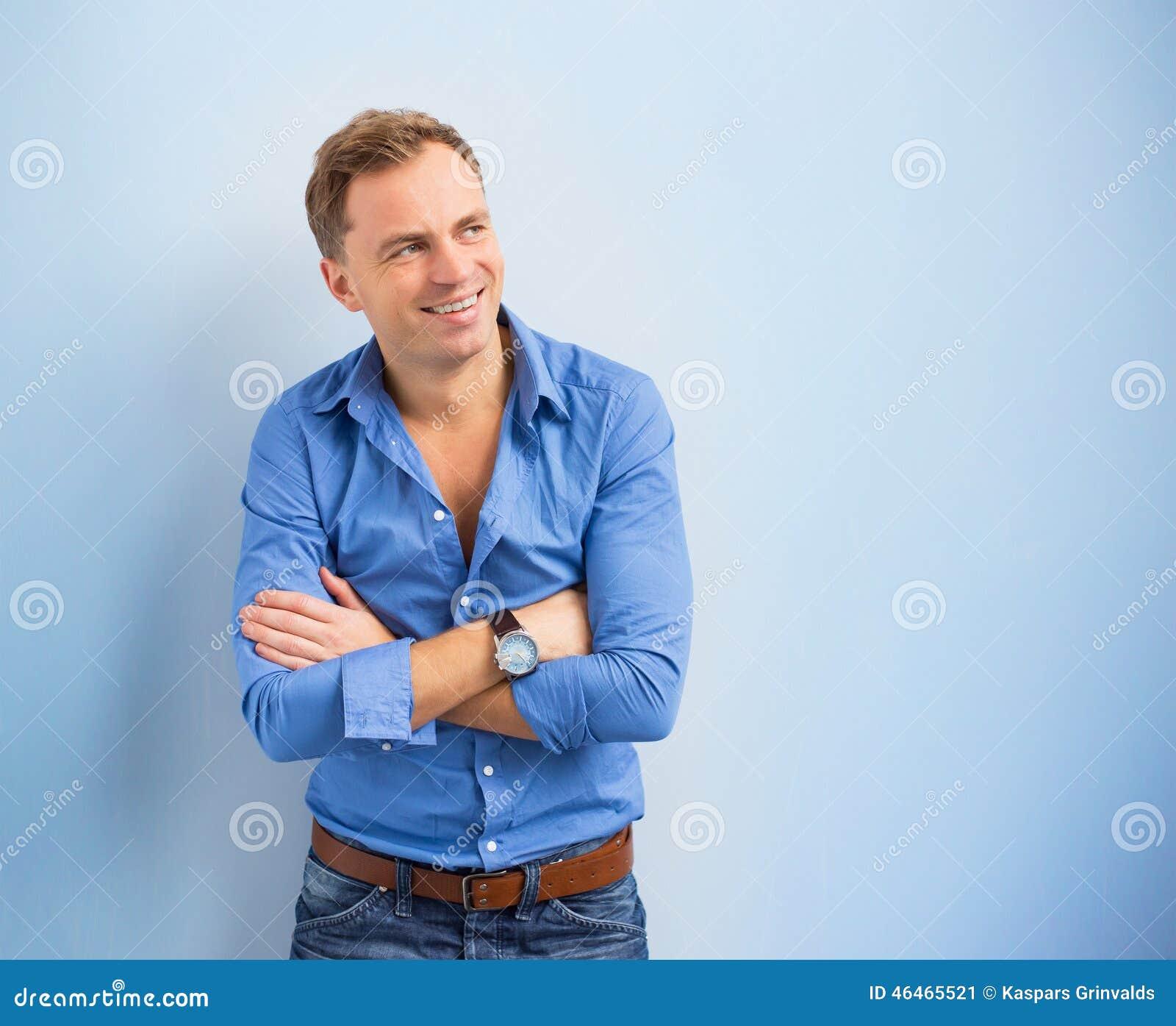 Retrato do homem criativo novo que está e que olha lateralmente