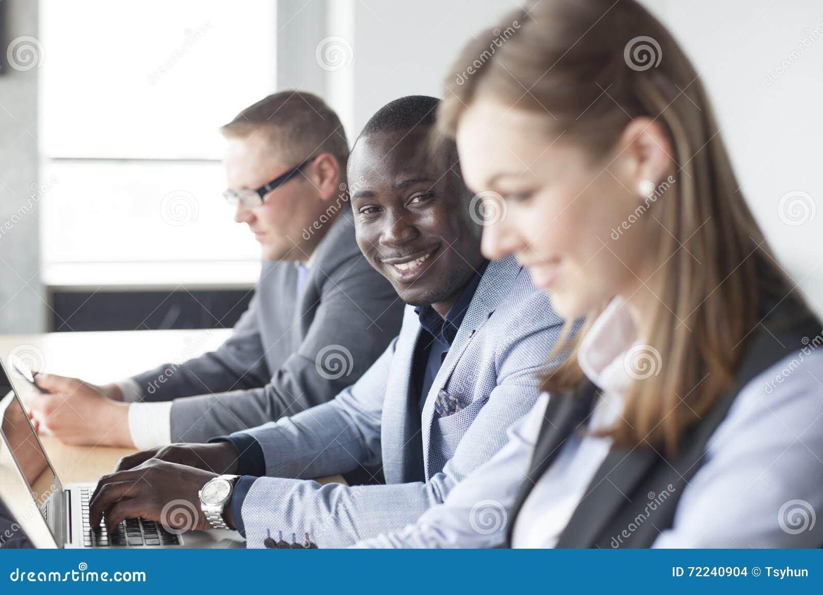 Retrato do homem de negócio afro-americano de sorriso