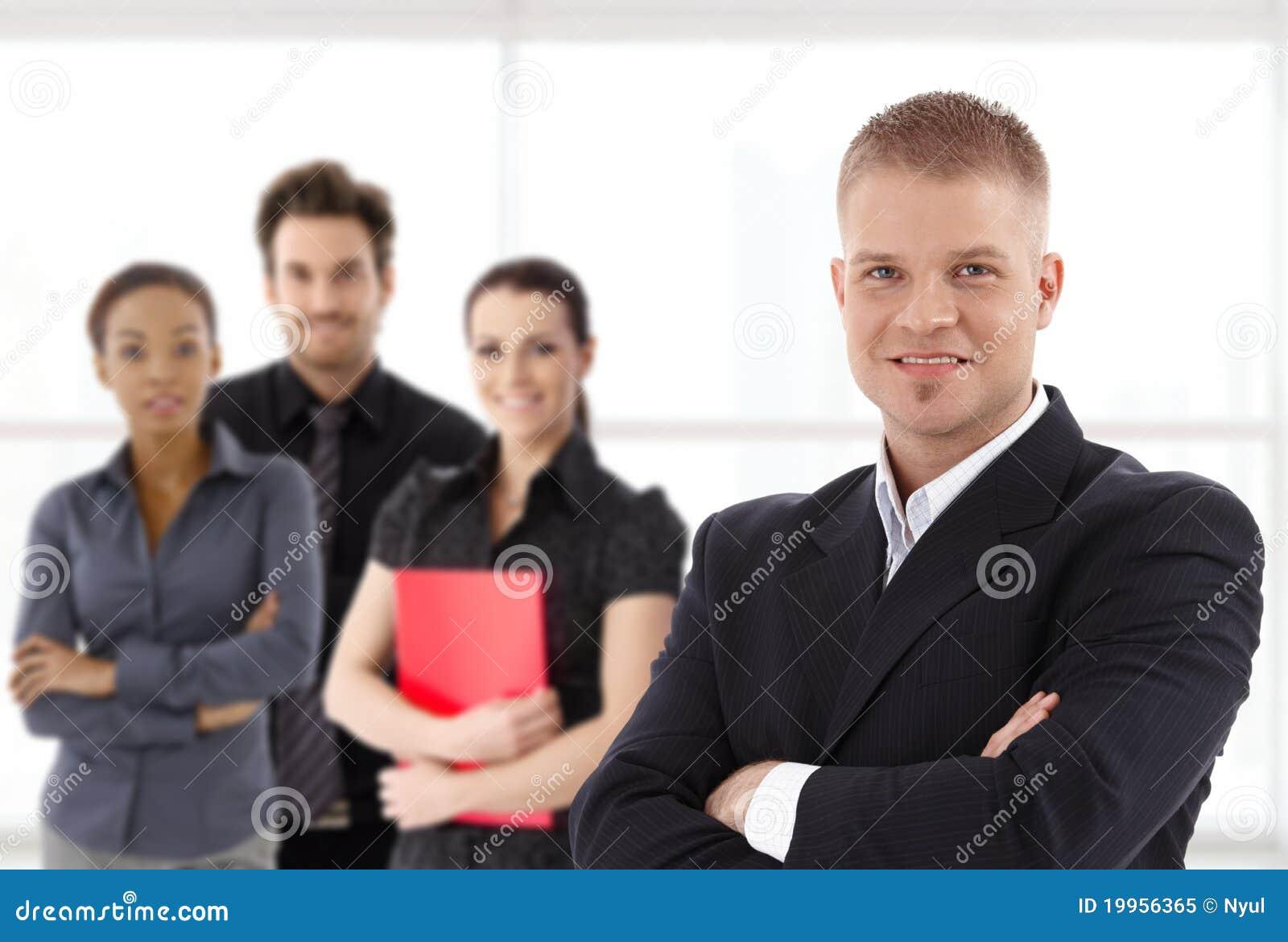 Retrato do homem de negócios e da equipe novos confiáveis