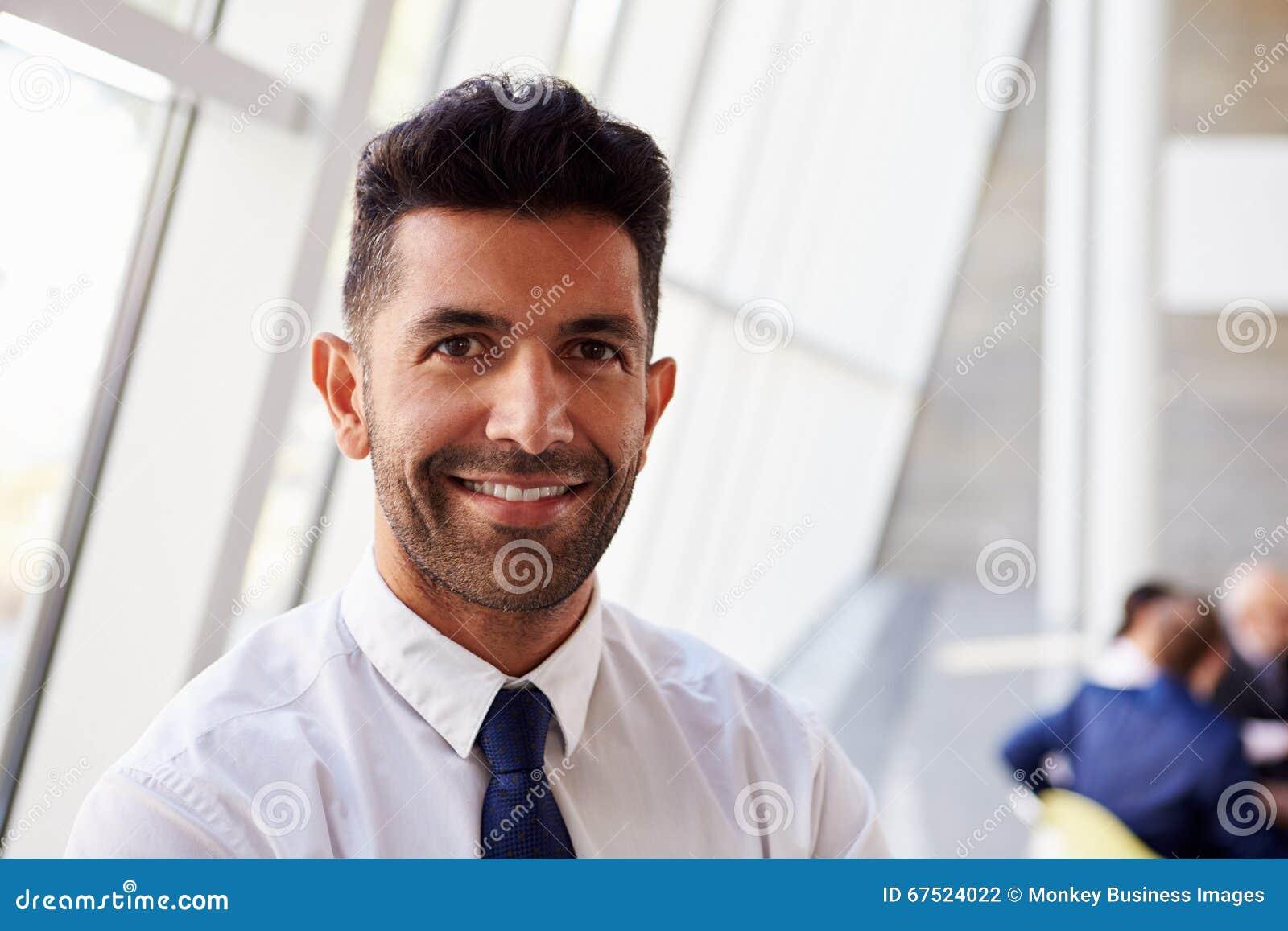 Retrato do homem de negócios latino-americano In Modern Office