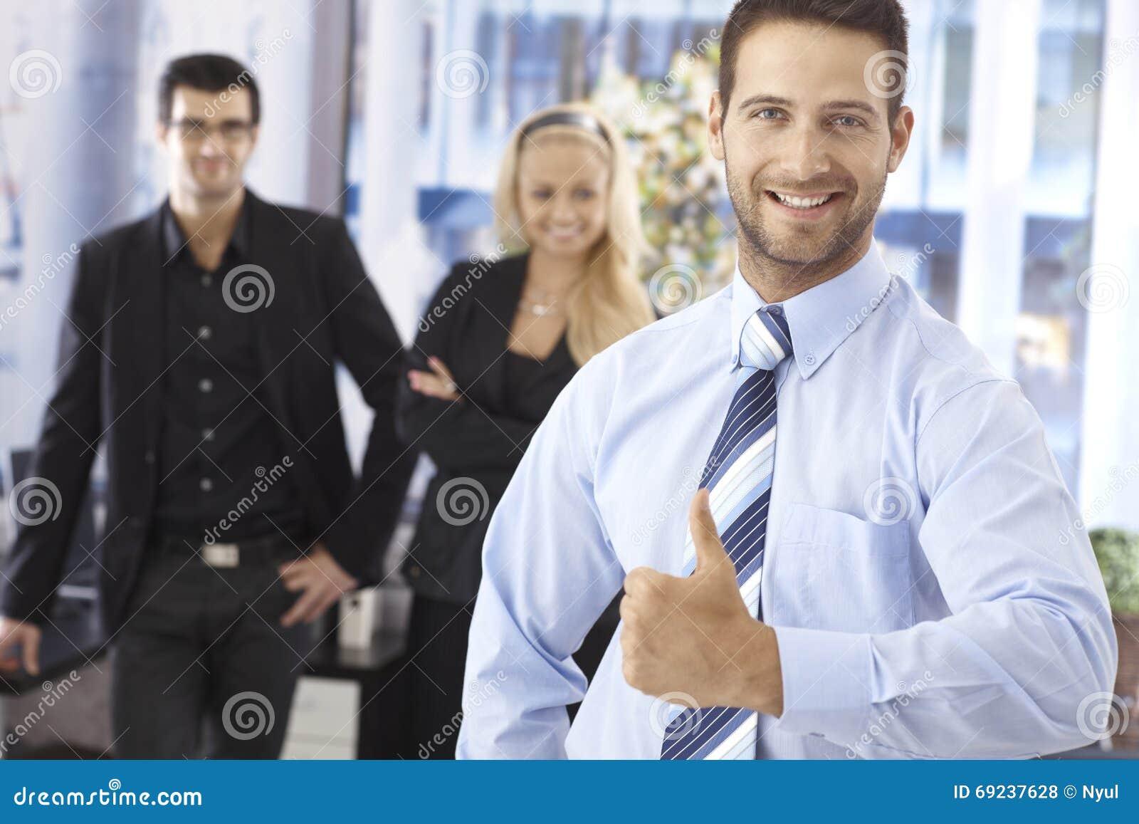 Retrato do homem de negócios novo bem sucedido