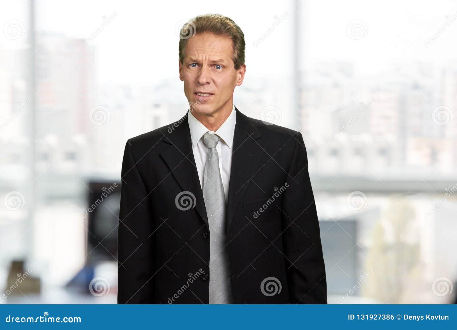 Retrato do homem insultado sem-palavras surpreso