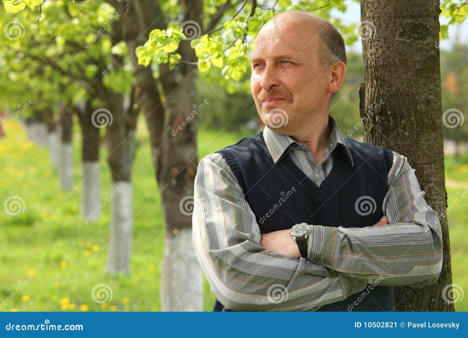 Retrato do homem maduro com mãos cruzadas