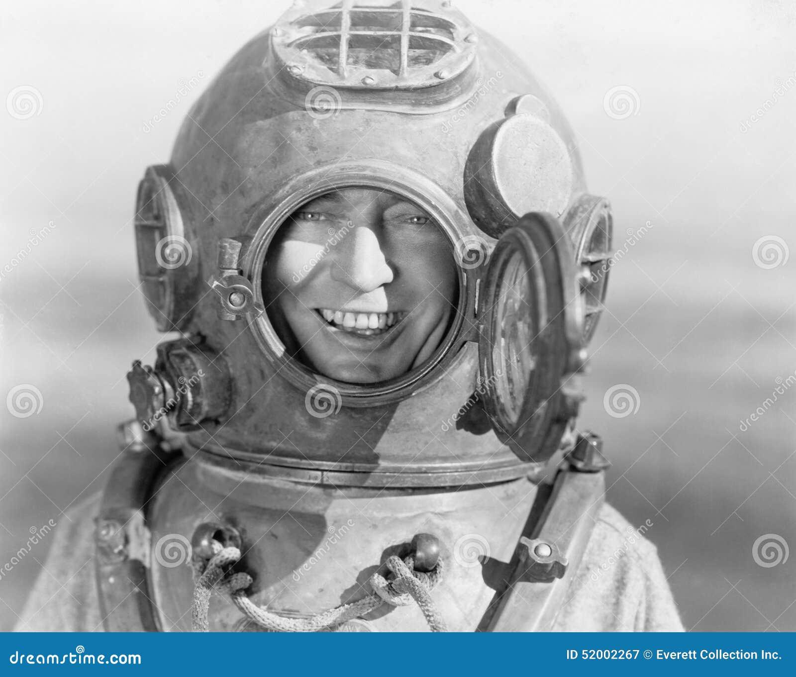 Retrato do homem no capacete do mergulho (todas as pessoas descritas não são umas vivas mais longo e nenhuma propriedade existe G