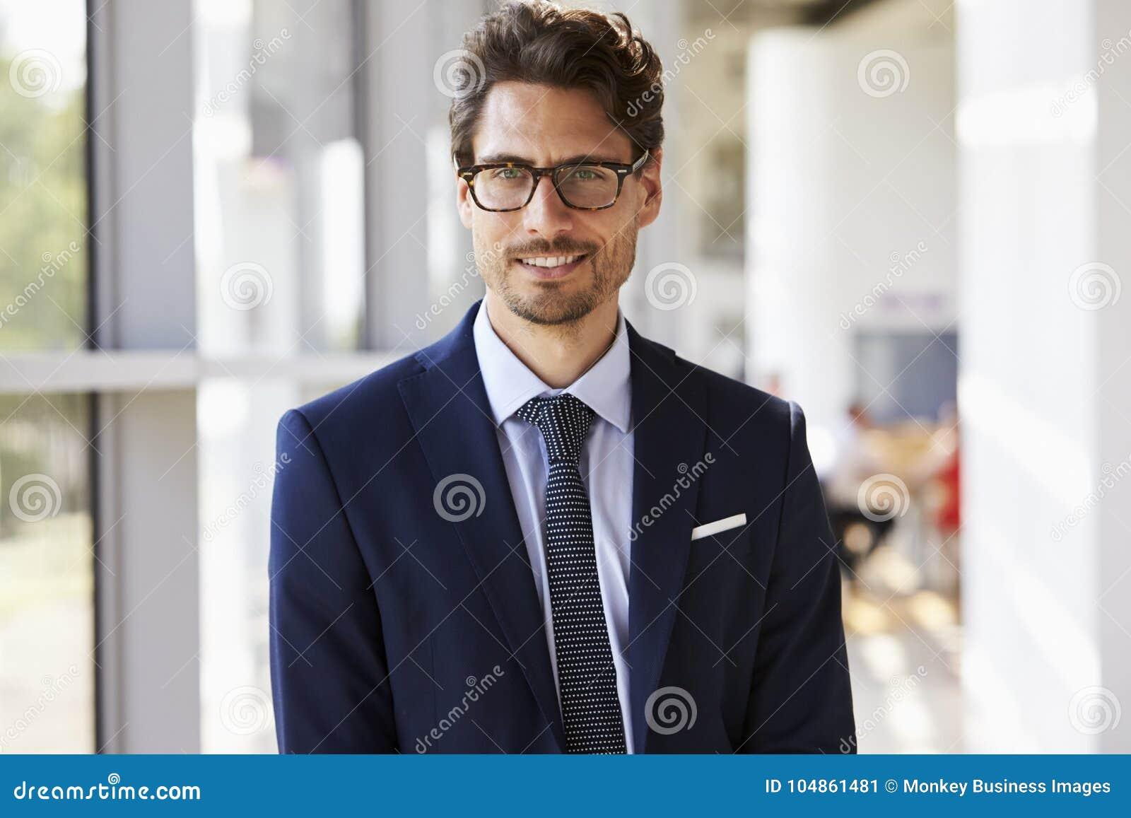 Retrato do homem profissional novo no terno