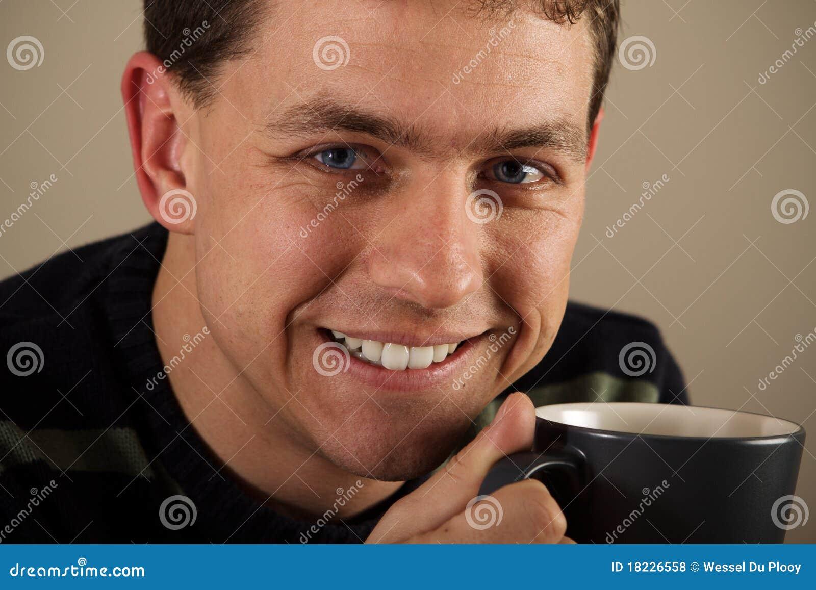 Retrato do homem que bebe a bebida quente