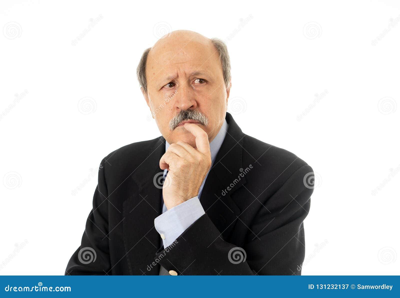 Retrato do homem superior do negócio em seu 60s que pensa na decisão ou no próximo passo executivo em problemas do trabalho e em