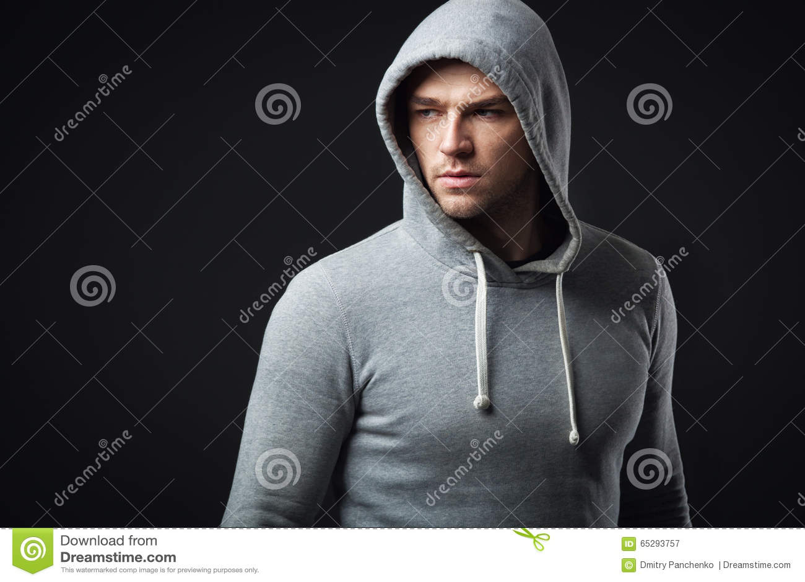 Retrato do indivíduo parecendo jovem fresco no sportswear