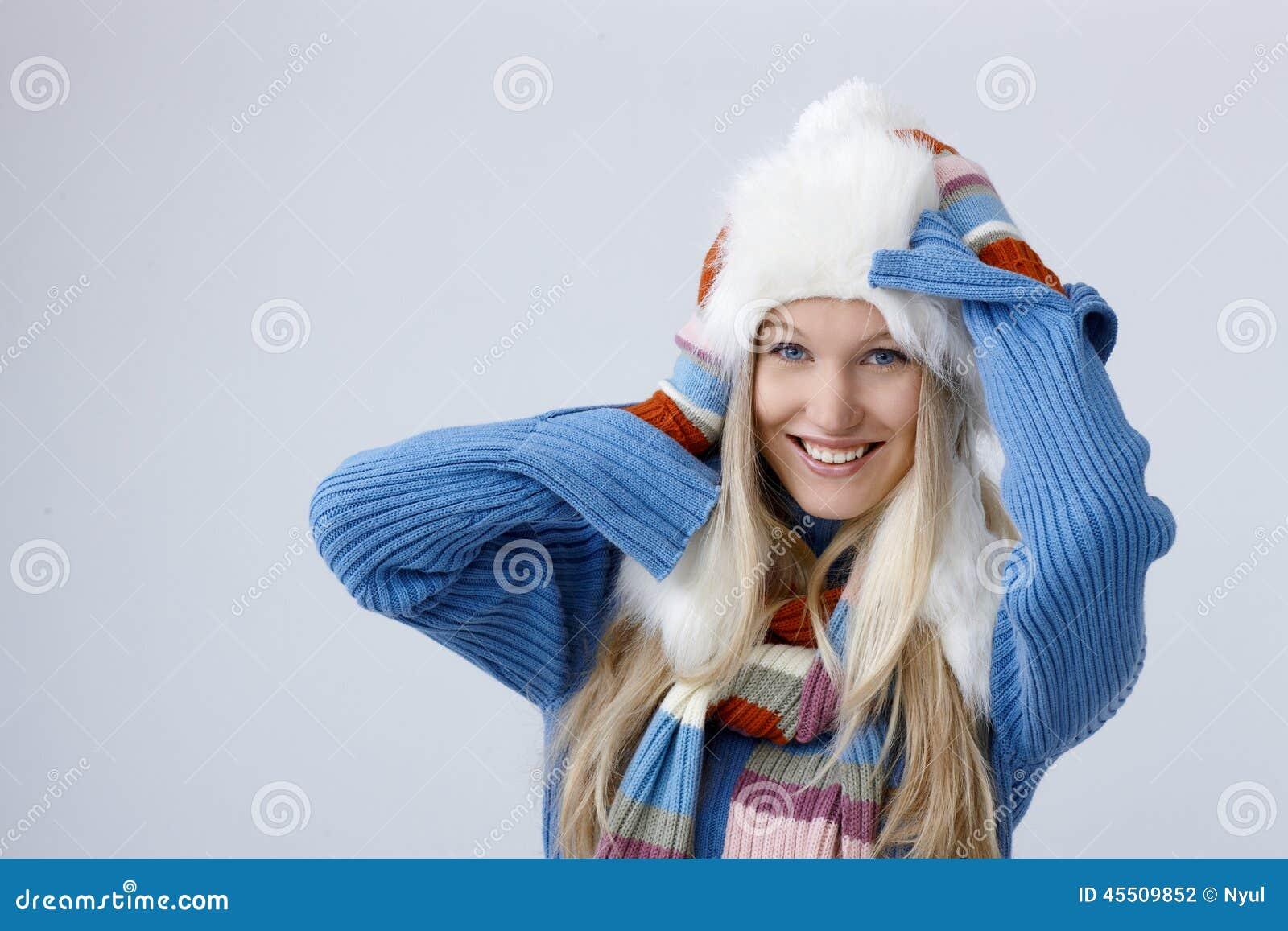 Retrato do inverno da mulher loura