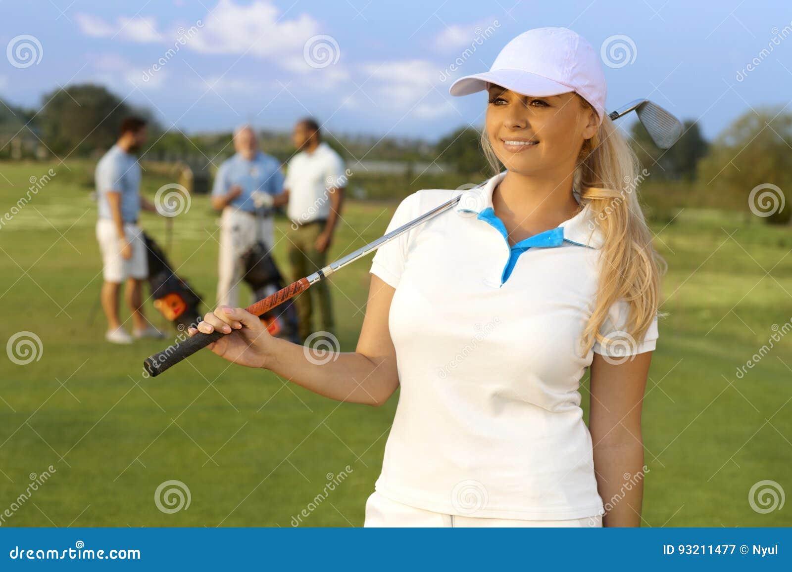 Retrato do jogador de golfe consideravelmente fêmea