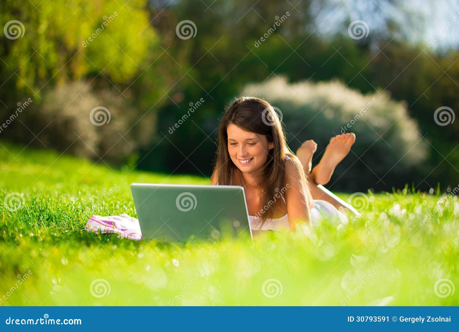 Retrato do jovens mulheres bonitos com um portátil