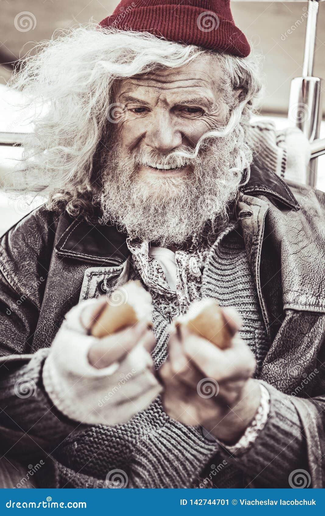 Retrato do mendigo que toma o bolo que encontrou para o café da manhã