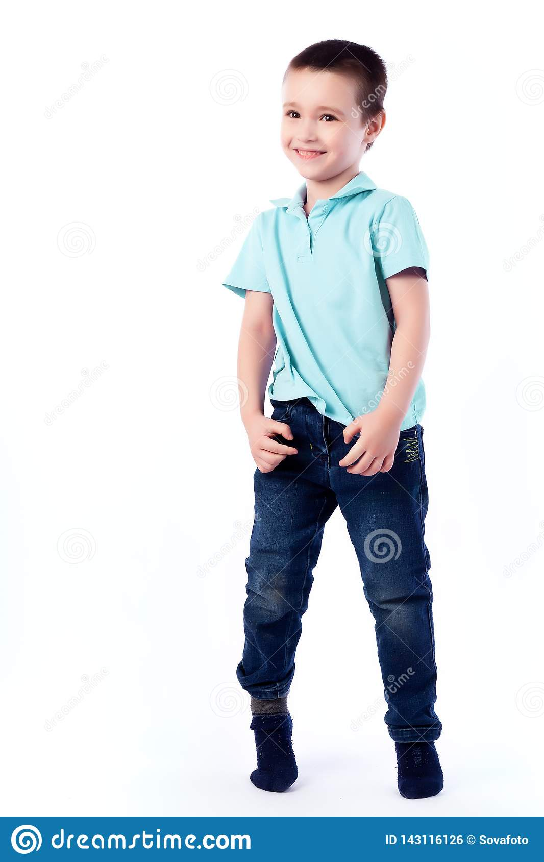 Retrato do menino bonito alegre feliz