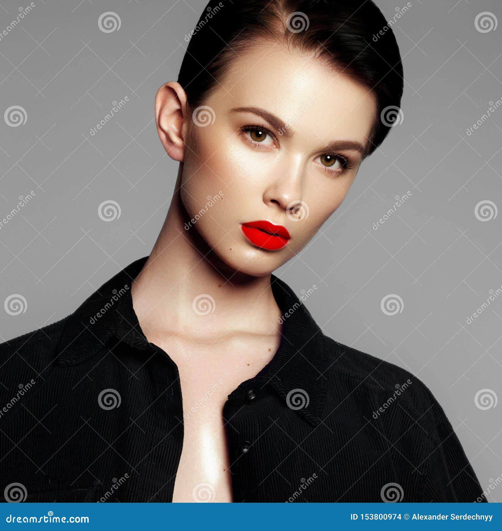 Retrato do modelo de forma Jovem mulher bonita no fundo cinzento Modelo com composi??o natural A forma compo