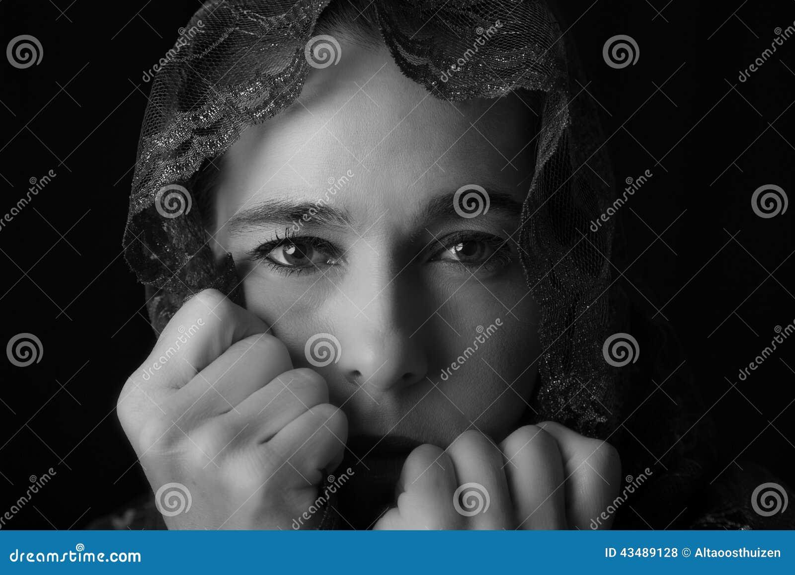 Retrato do Oriente Médio da mulher que olha triste com hijab co artístico