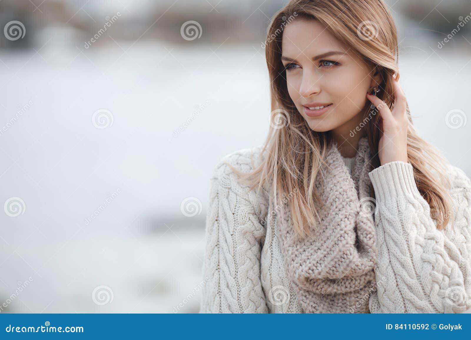 Retrato do outono da mulher bonita perto do mar
