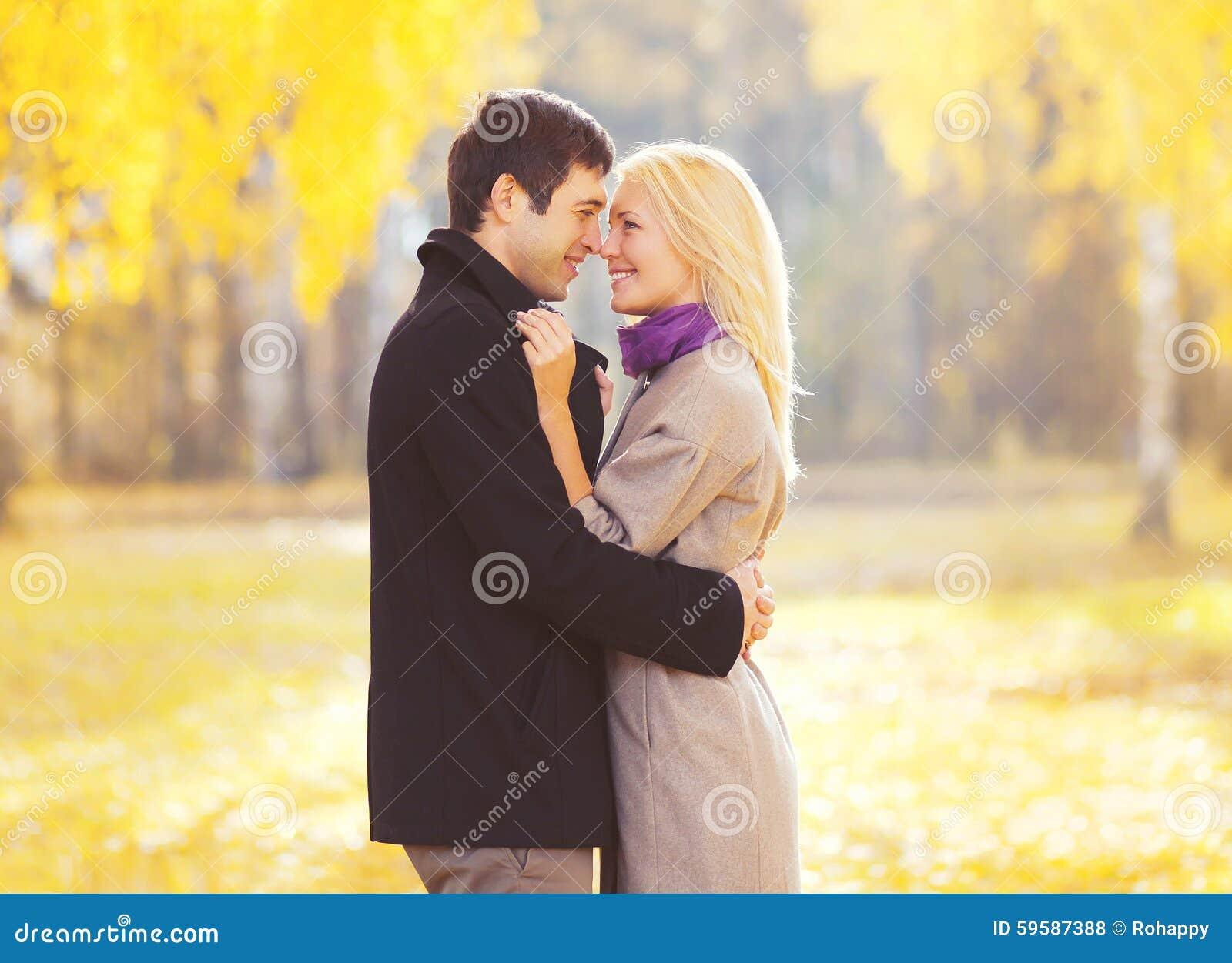 Retrato do outono de pares novos loving felizes no amor