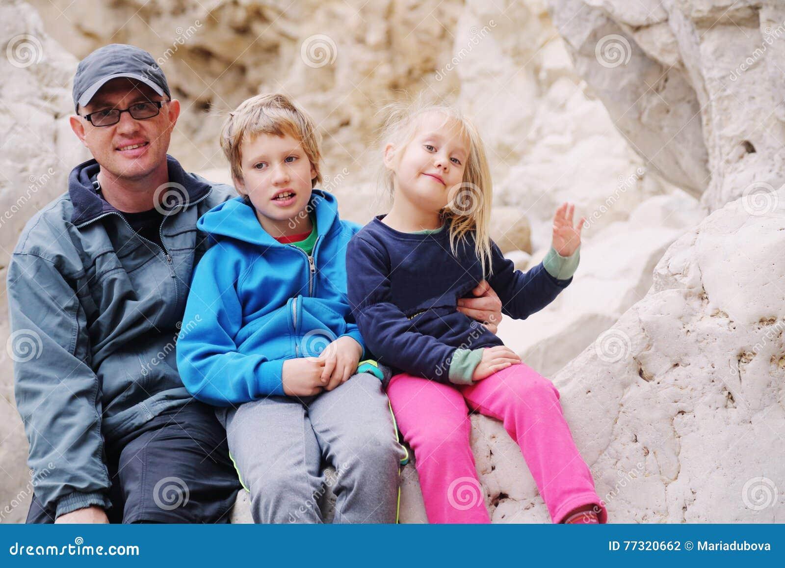 Retrato do pai com duas crianças