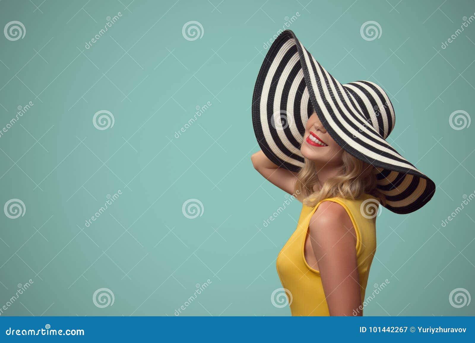 Retrato do pop art da mulher bonita no chapéu
