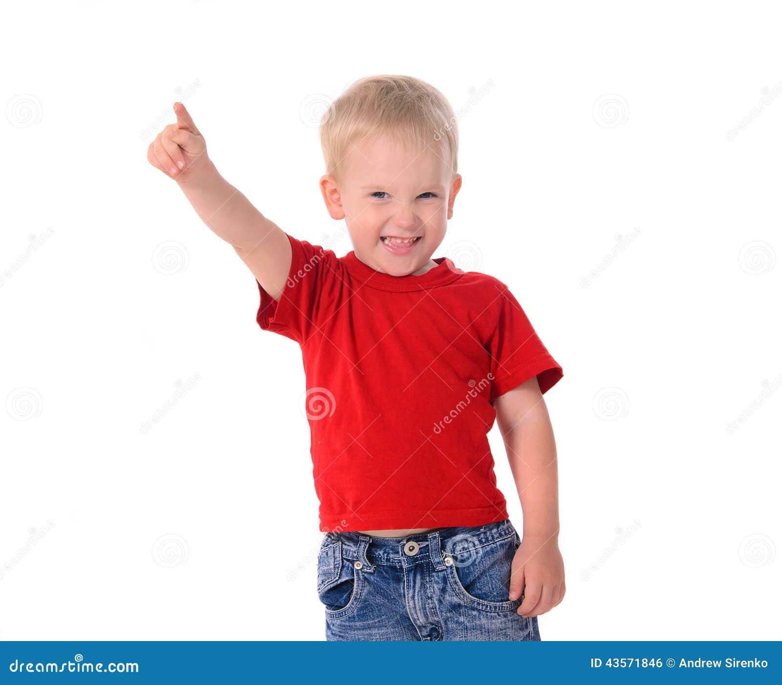 Retrato do rapaz pequeno elegante na camisa vermelha