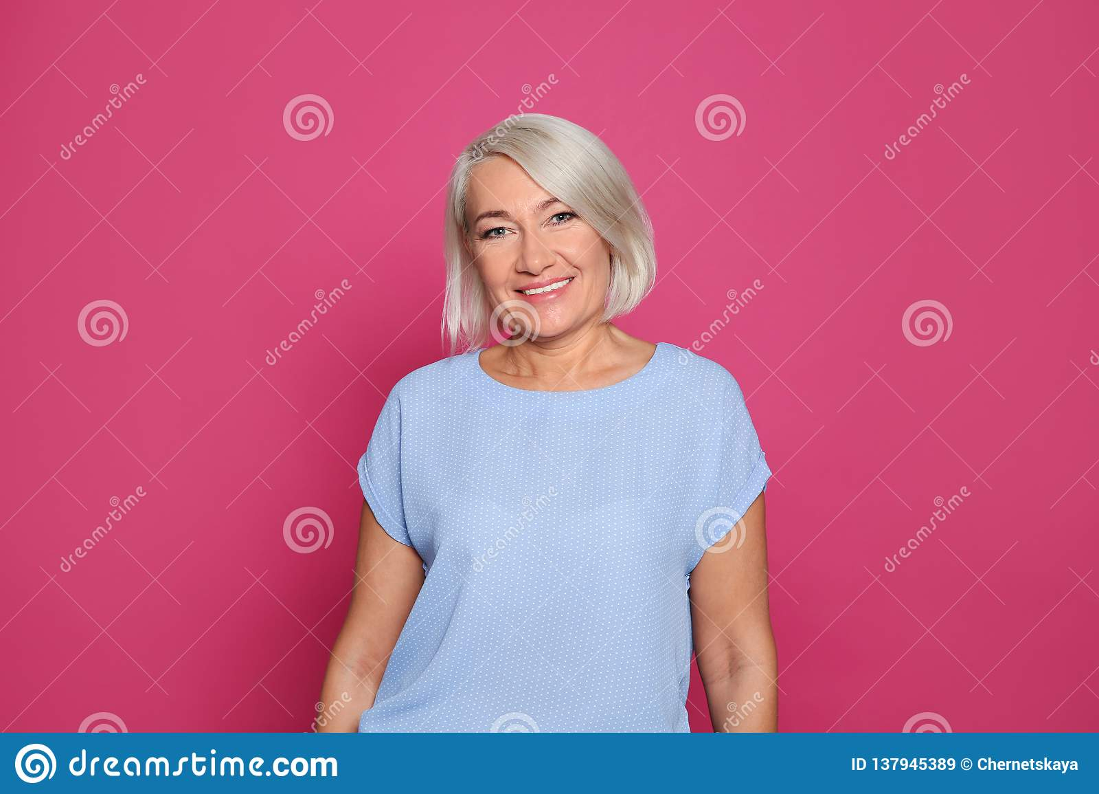 Retrato do riso maduro da mulher