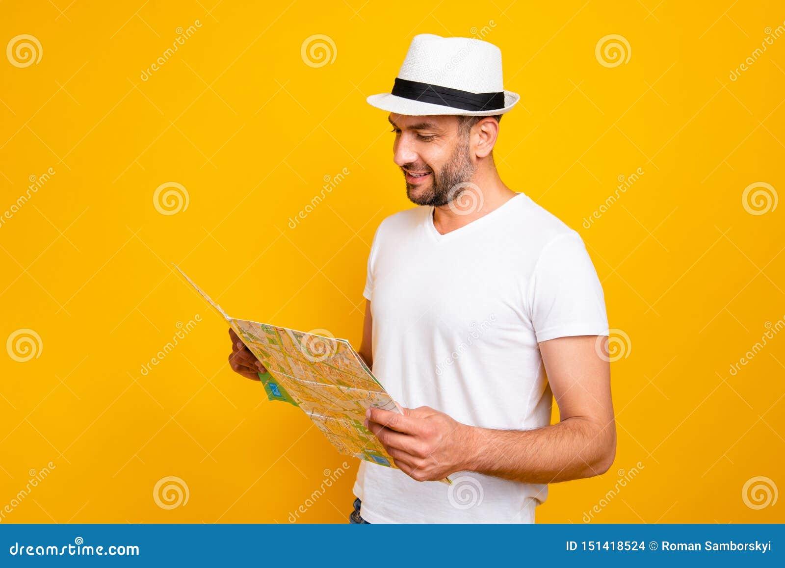 Retrato do seu ele queolha o t-shirt branco vestindo do indivíduo animador alegre atrativo que pesquisa o endereço do mapa da lei