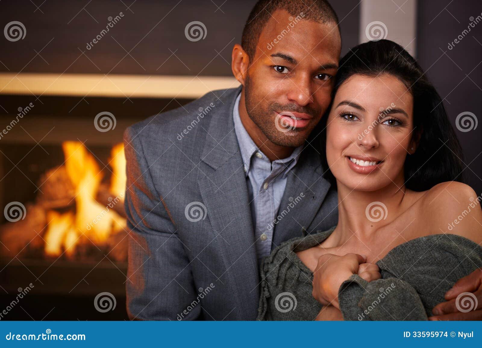 Retrato do sorriso inter-racial bonito dos pares