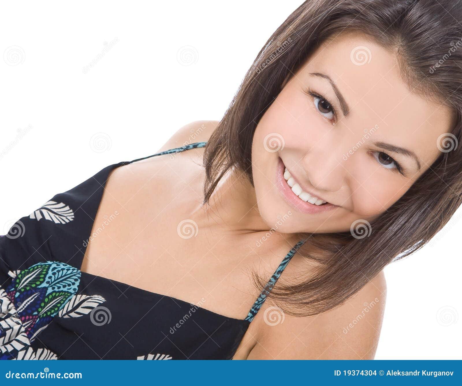 Retrato do sorriso triguenho bonito da mulher