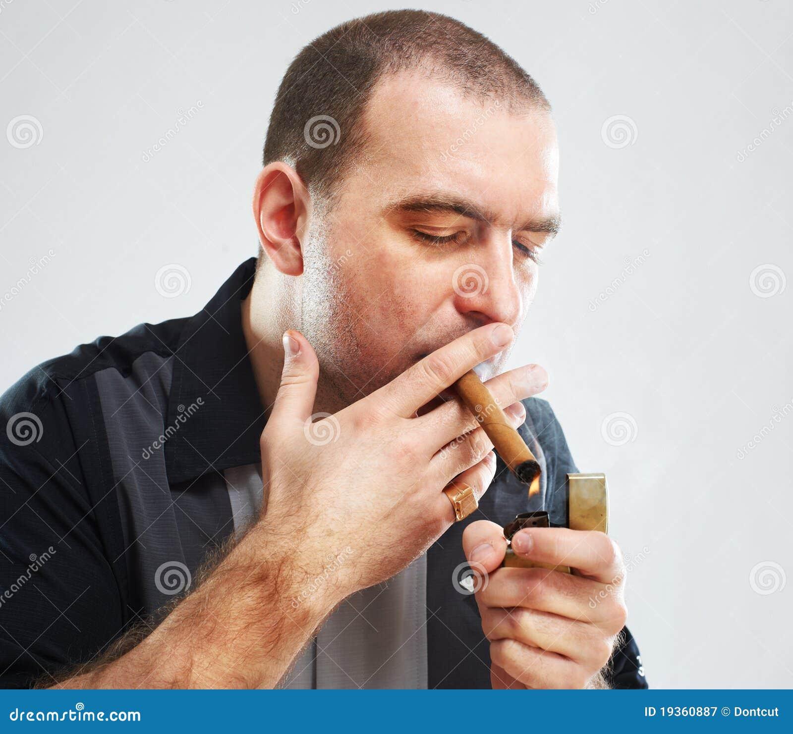 Retrato do tipo duro de fumo sério com charuto