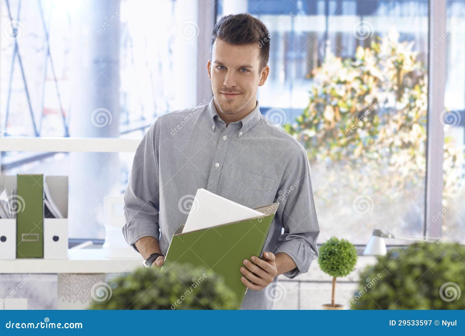 Retrato do trabalhador de escritório ocasional com dobrador