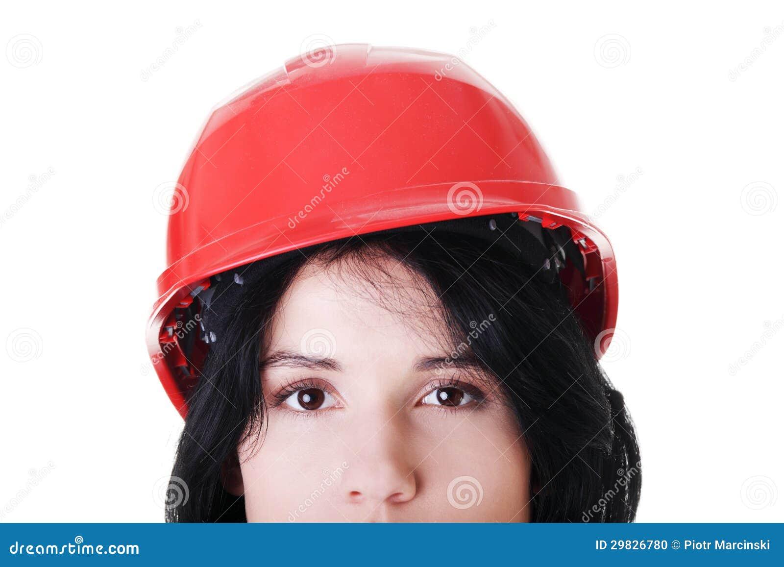 Retrato do trabalhador fêmea seguro no capacete.