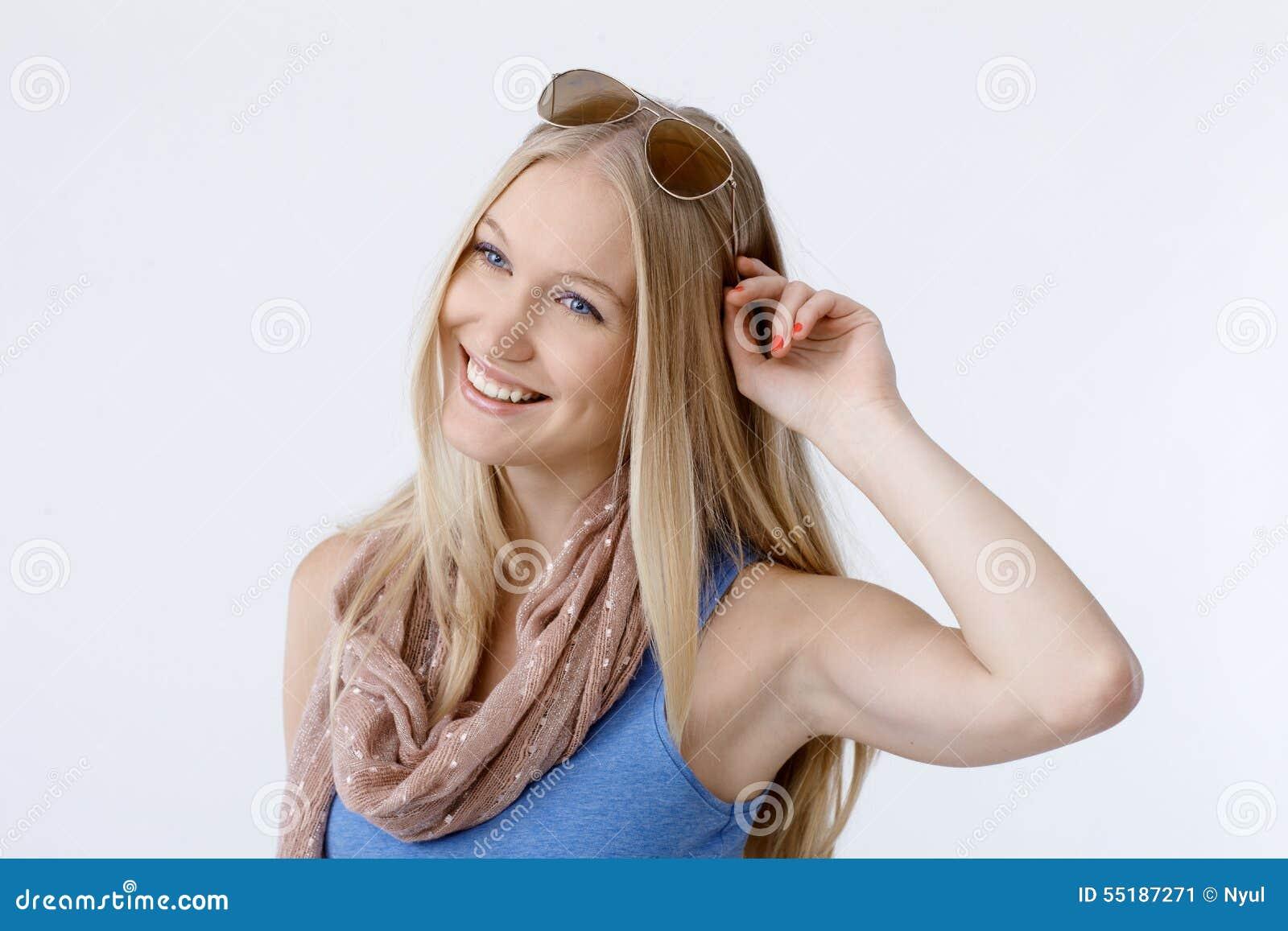 Retrato do verão da mulher escandinava feliz