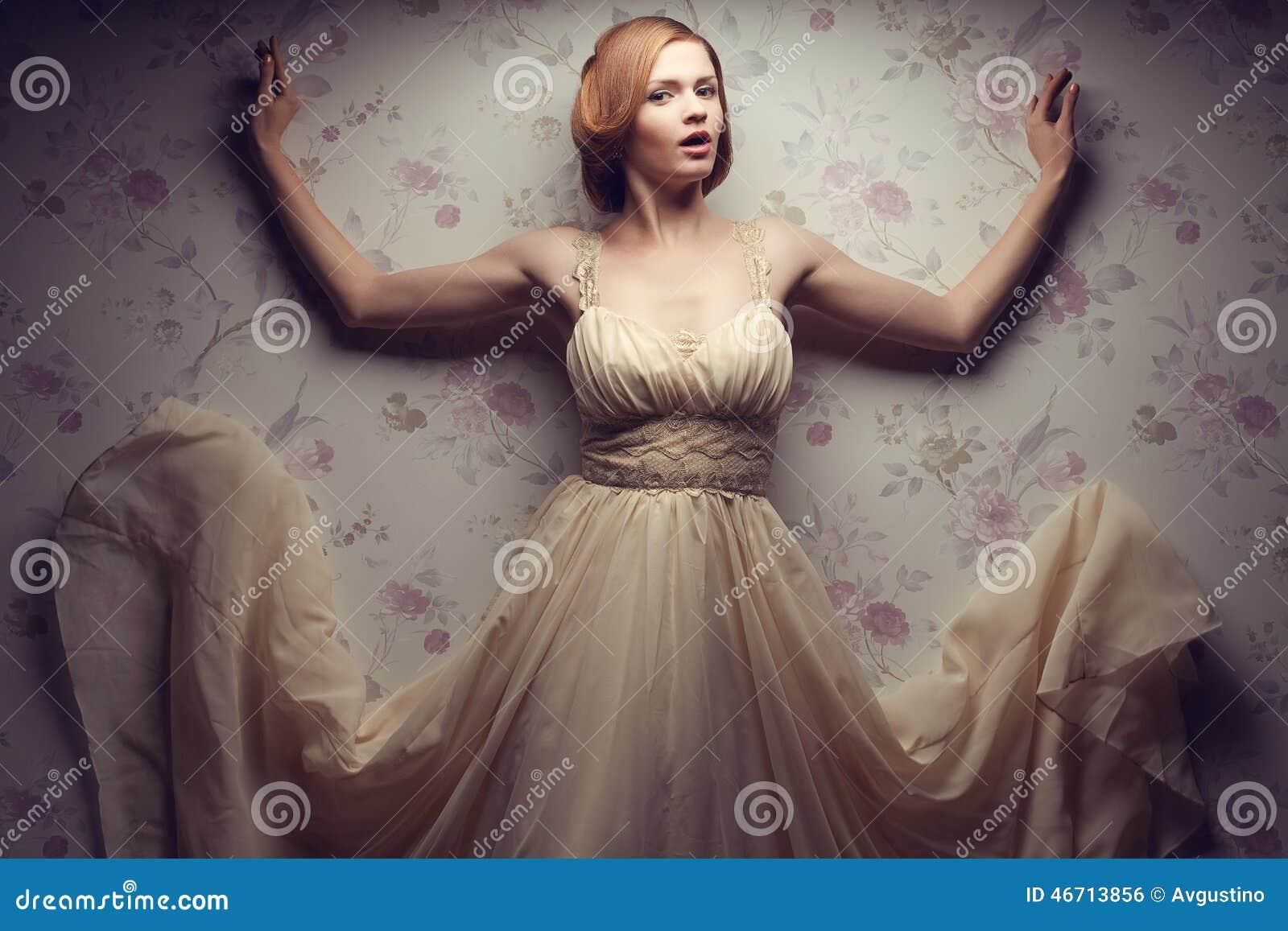 Retrato do vintage da menina ruivo glamoroso feliz no vestido fresco