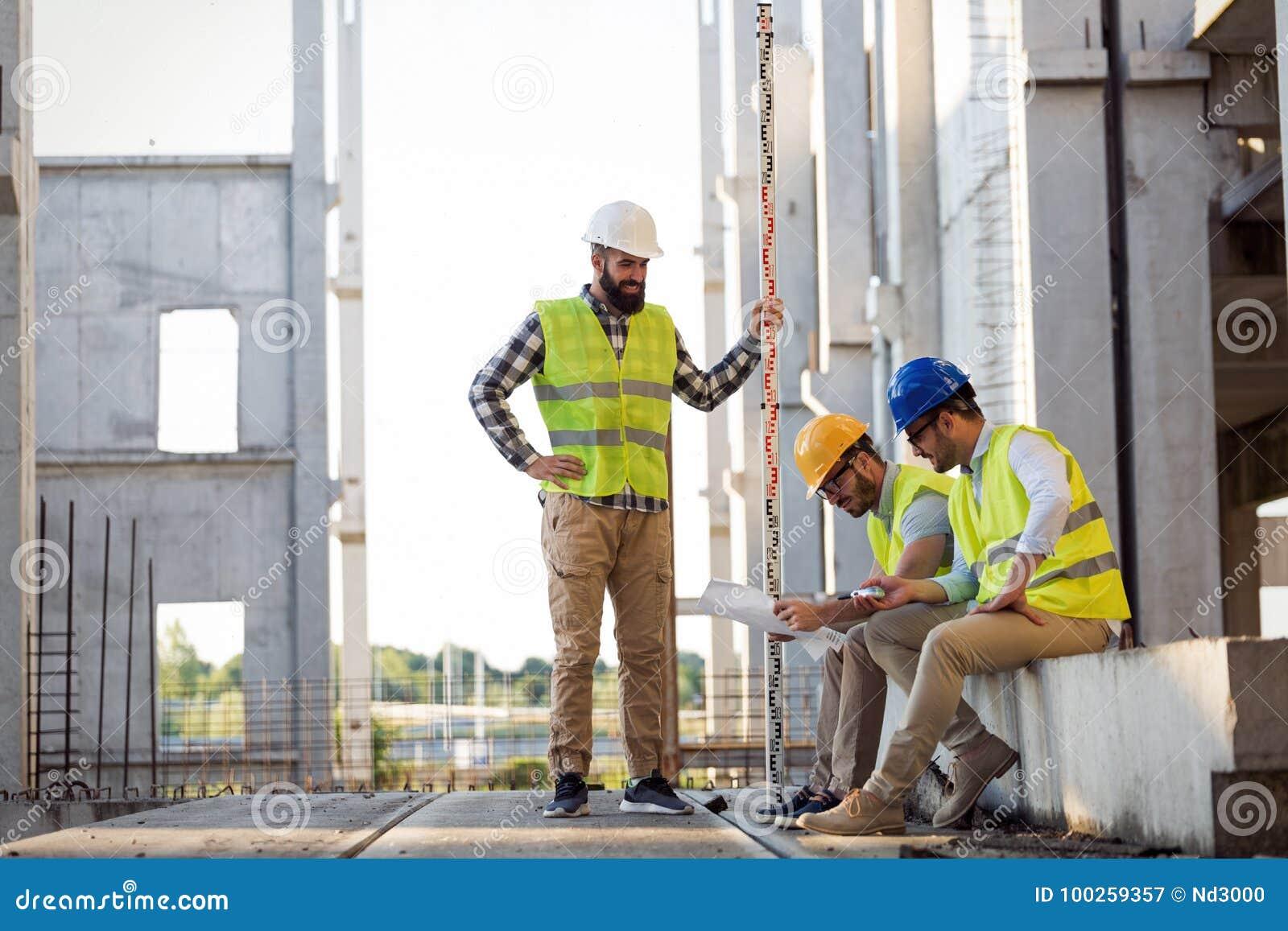 Retrato dos coordenadores de construção que trabalham no terreno de construção