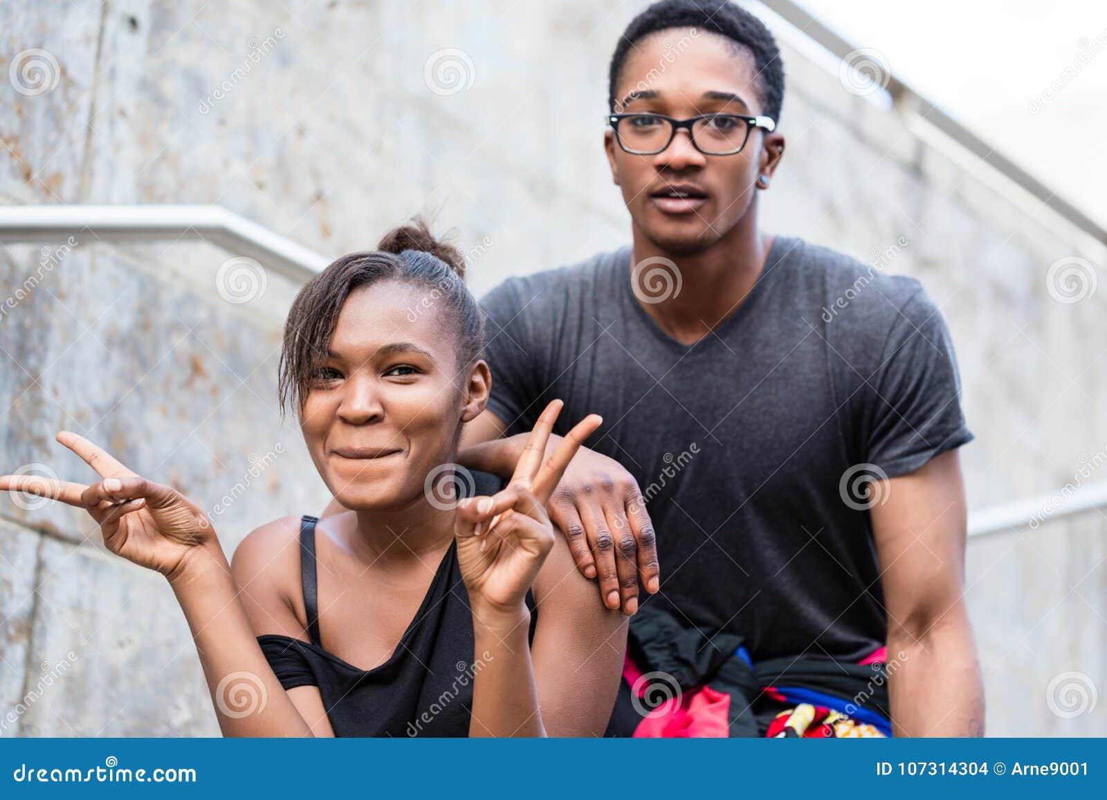 Retrato dos pares afro-americanos novos que fazem o whi engraçado das caras