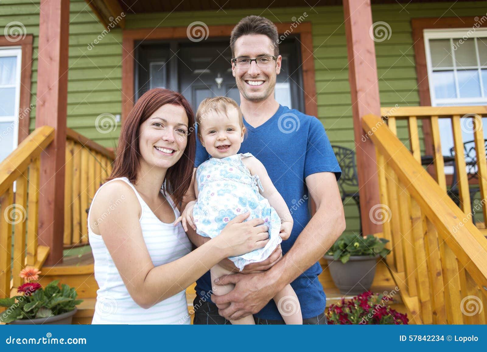 Retrato dos pares com sua filha adorável dentro