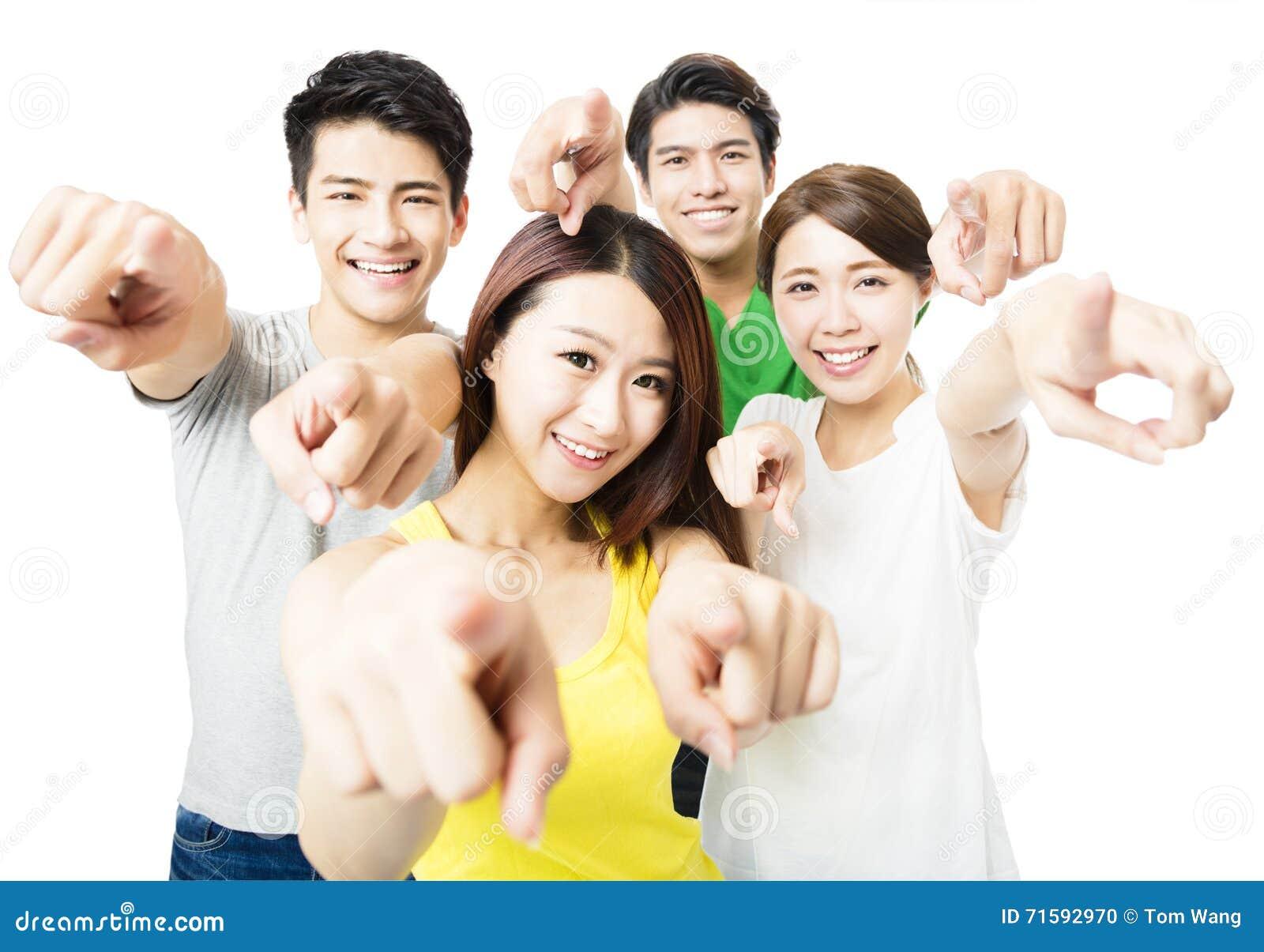 Retrato dos povos novos entusiasmado do estudante que apontam em você