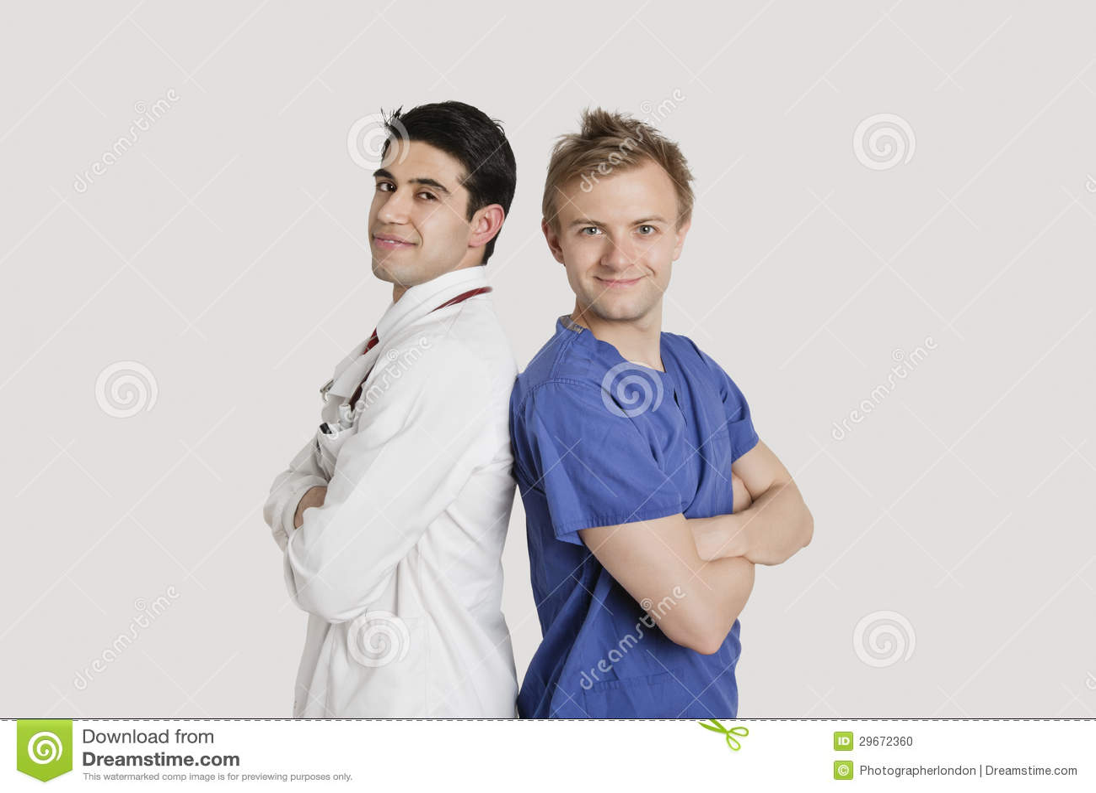 Retrato dos profissionais dos cuidados médicos que estão de volta à parte traseira sobre a luz - fundo cinzento