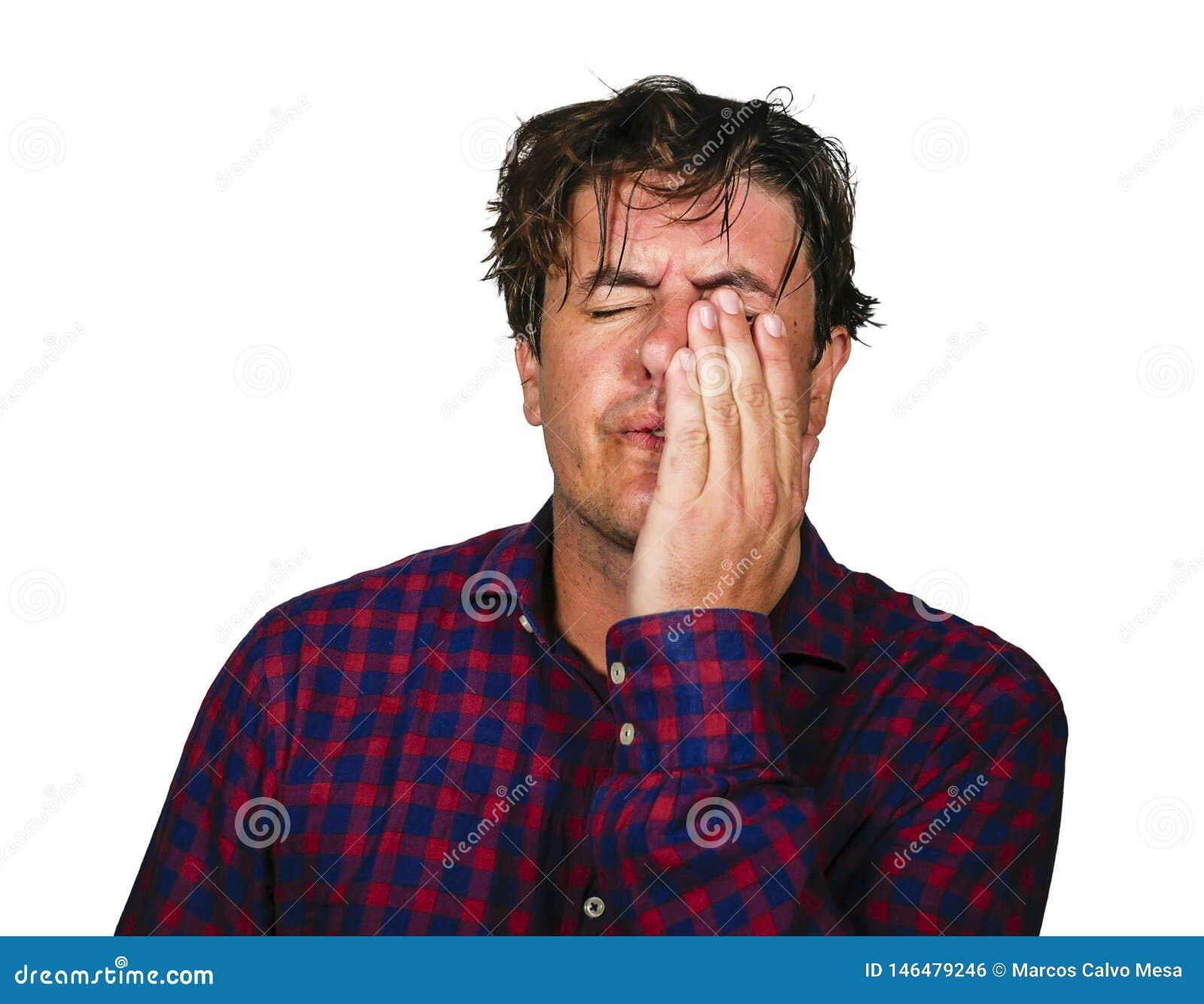 Retrato dramático da cabeça da terra arrendada do homem 30s ou 40s forçado e oprimido com mãos no esforço louco e em cara frustra