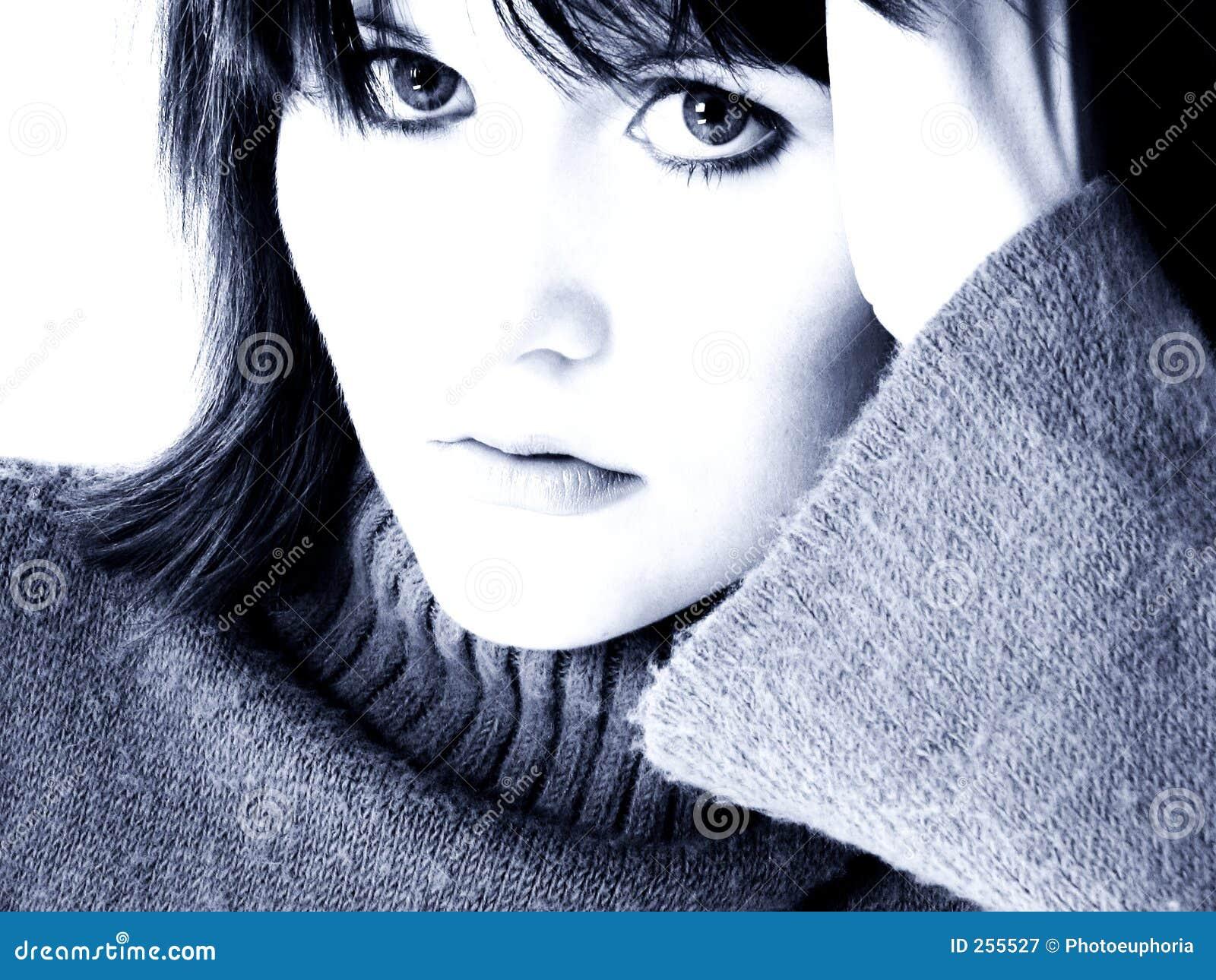 Retrato dramático da menina adolescente em tons azuis
