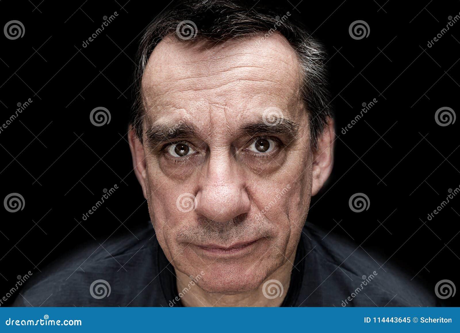 Retrato dramático del hombre de mirada infeliz triste