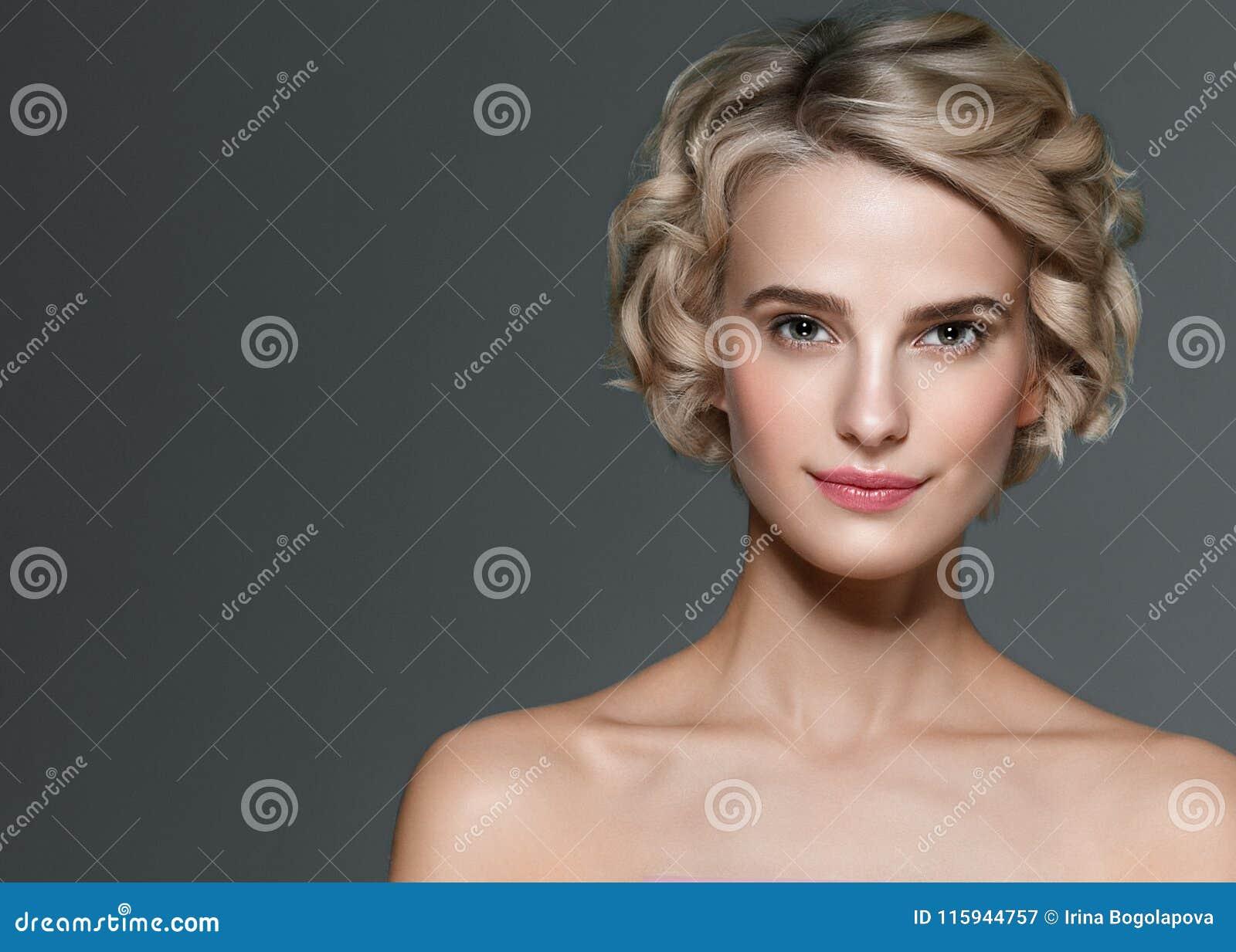 Retrato elegante curto da beleza dos pregos do cabelo louro da mulher bonita e do tratamento de mãos das mãos