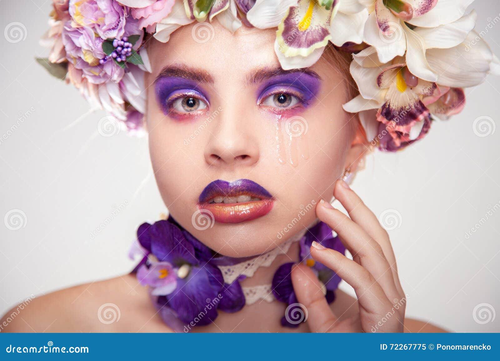 Retrato elegante do grito triste da jovem mulher