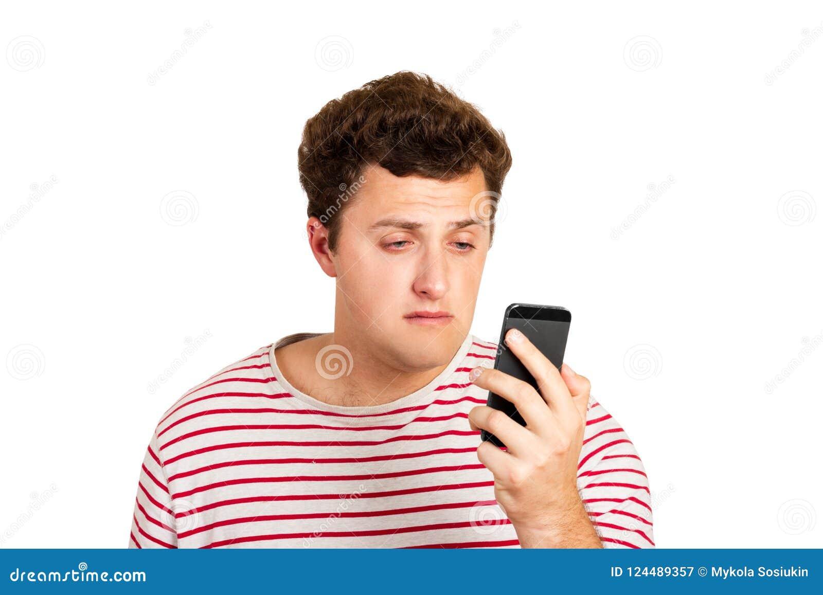 Retrato emocional de um homem de grito que olha seu telefone celular Sentimento do desespero homem emocional isolado no backgroun