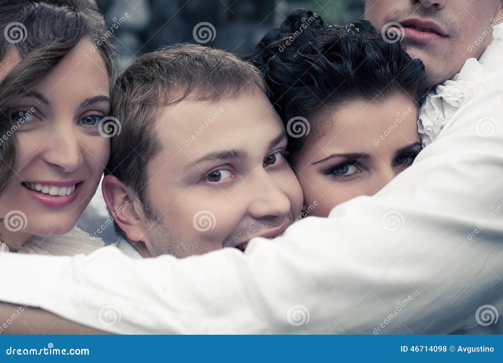 Retrato emotivo de quatro amigos próximos de sorriso - atores da rua
